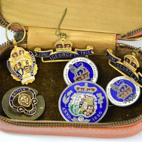 Un groupe d'insignes divers comprenant la Royal British Legion, le couronnement …