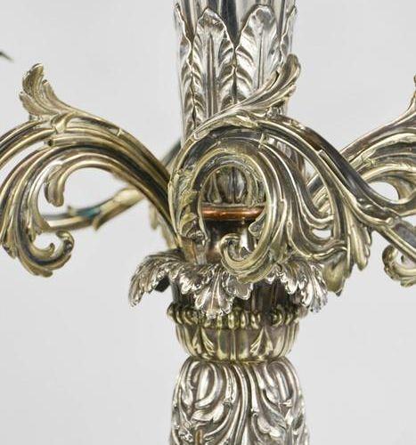Un impressionnant centre de table en métal argenté du 19ème siècle avec quatre b…