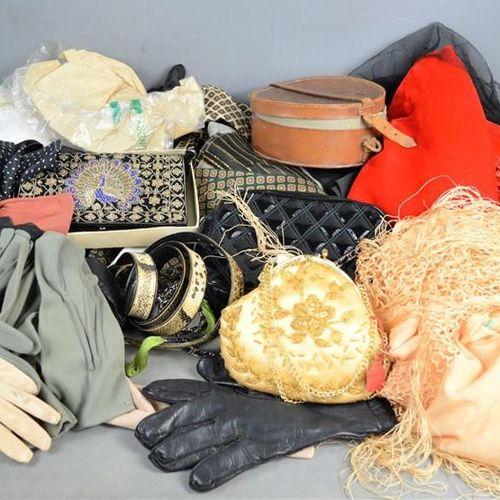 Un groupe de gants, sacs, châles, cravates, noeuds papillons, etc. Vintage