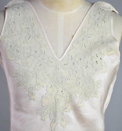 Une écharpe en soie crème du début du 20e siècle, brodée avec des décorations, e…