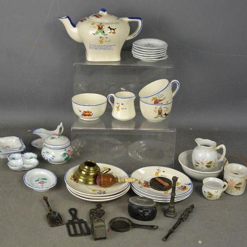 Une quantité de services à thé vintage pour enfants.