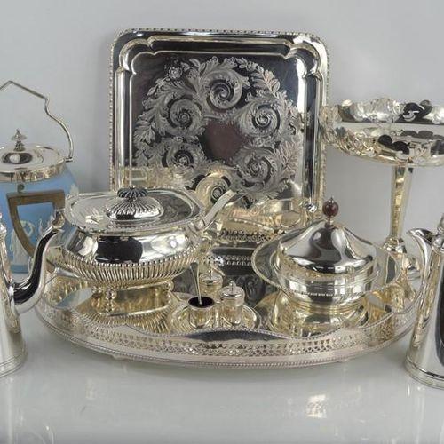 Un groupe d'articles en métal argenté comprenant des plateaux, une cafetière, un…