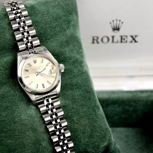 Une montre bracelet Rolex Oyster Perpetual en acier inoxydable pour dames, accom…
