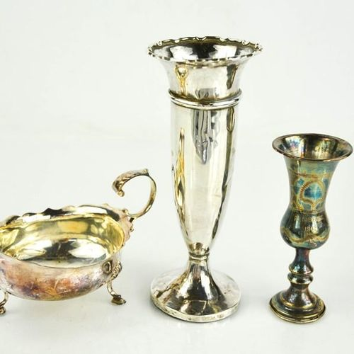 Un vase à bourgeons en argent avec base lestée, un vase en argent gravé d'une in…