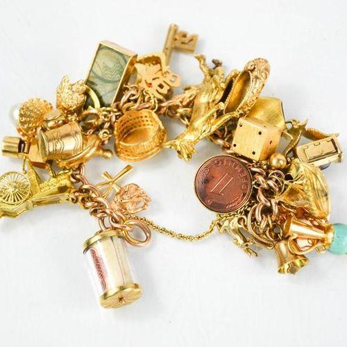 Un bracelet à breloques en or 9ct, 97g.