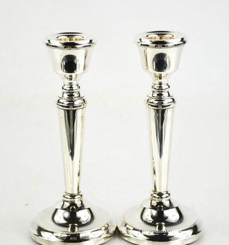Une paire de chandeliers en argent, Birmingham 1979, avec des bases lestées.
