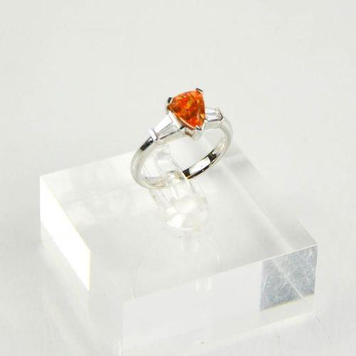 Une bague en or 18ct, zircon orange et diamant, le zircon en forme de poire de 2…