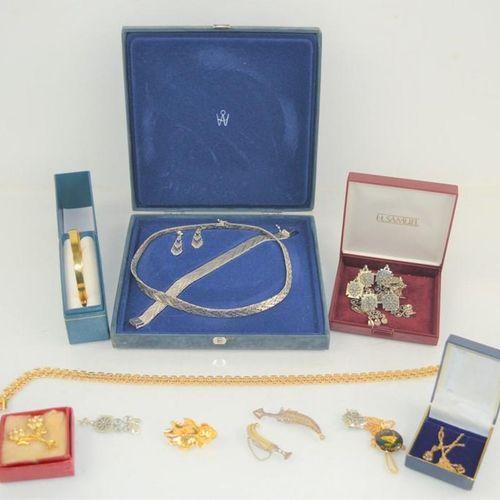 Un groupe de bijoux comprenant un ensemble de broches et de boucles d'oreilles i…