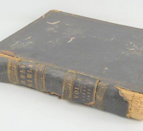 Une bible ancienne.