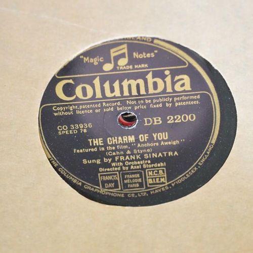 Un groupe de disques 78 tours de Frank Sinatra, dont certains exemplaires ancien…