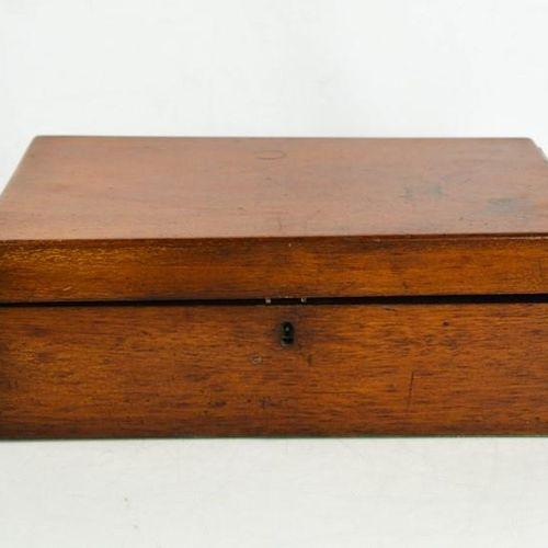 Une boîte à bijoux du 19e siècle, contenant des bijoux dont des broches, des mon…