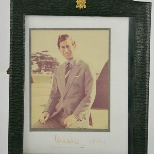 Autographe : une photographie signée du Prince Charles, datée de 1980, 24cm de h…