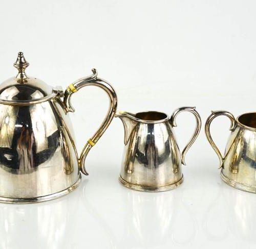 Un service à thé en métal argenté Elkington & Co comprenant une théière, un pich…