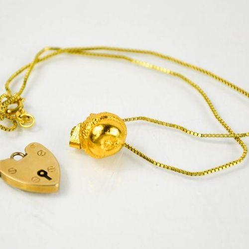 Un cadenas en or 9ct en forme de cœur, 2,2g, et un pendentif en argent doré en f…
