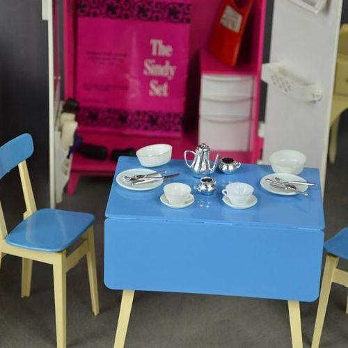 Un groupe d'exemples vintage Sindy, comprenant une armoire, une table de chevet …