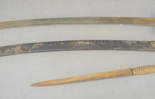 Une épée du 19ème siècle et son fourreau ainsi qu'une dague à double tranchant, …
