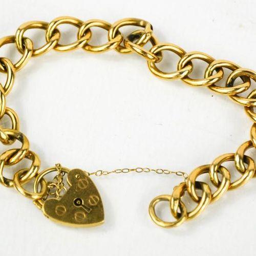 Un bracelet en or 9ct avec fermoir en forme de cœur, 10.7g.