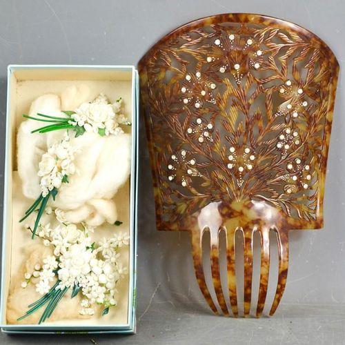 Un ensemble de mariage vintage comprenant trois broches de bouquets de fleurs bl…