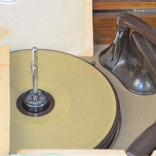 Un gramophone électrique HMV modèle 2128A et une quantité de disques 78 pouces c…