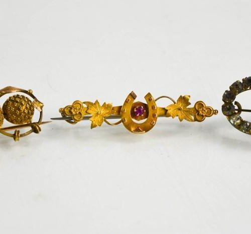 Une broche en forme de cœur de 15ct, un exemple en métal doré et une broche en p…
