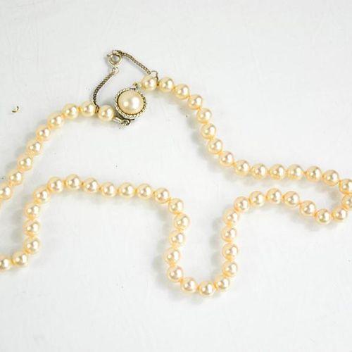 Un collier en argent et perles de culture.