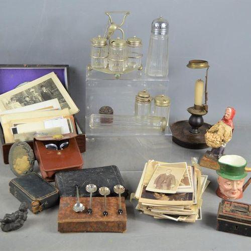 Un groupe de photographies et de cartes postales anciennes, ainsi qu'un set de b…