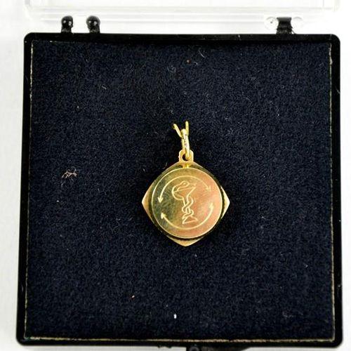 Un pendentif médaillon SOS en or 8ct, 1cm de diamètre.