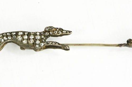 Une épingle de cravate en argent et pâte, lévrier chassant un lièvre, 8cm de lon…