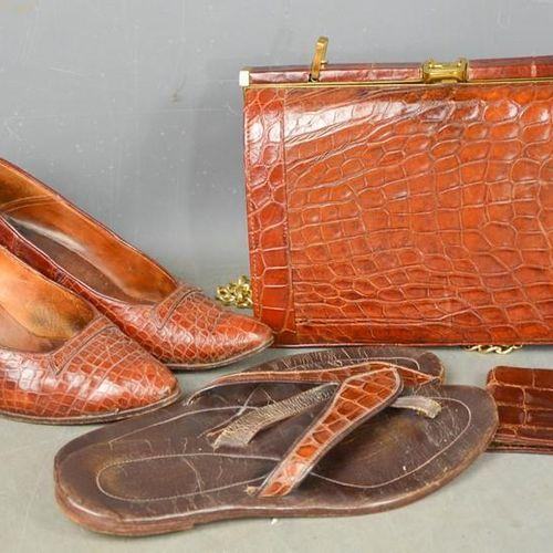 Un groupe d'articles vintage en peau de crocodile comprenant un sac à main, des …
