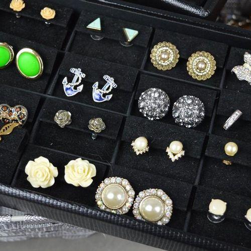 Une grande quantité de bijoux fantaisie, dont des boucles d'oreilles, des bracel…