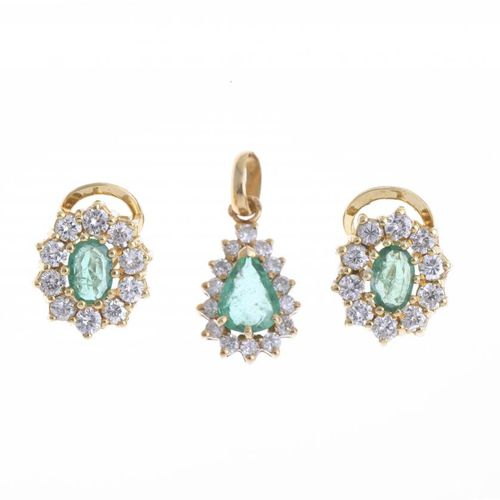 GOLD AND EMERALD SET OF EARRINGS AND PENDANT. Pendant in 18k yellow gold with a …