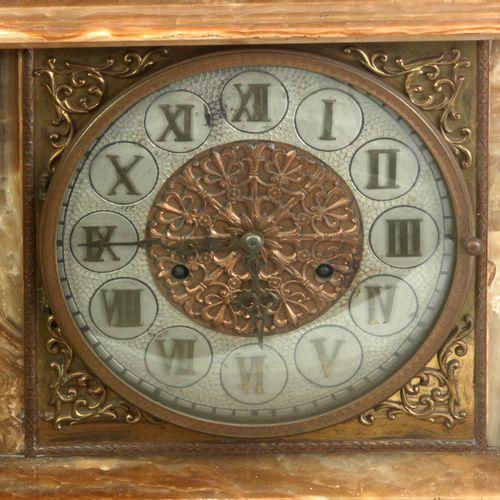 Reloj de sobremesa siglo XX. Caja en ágata tallada rematada por figura de San Jo…