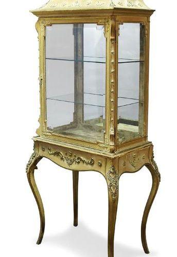 Une vitrine française en métal doré et soie, fin du 19e siècle, la corniche en f…