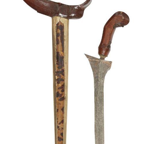 Quatre kris malais, fin 19e/début 20e siècle, deux avec fourreau monté en écaill…