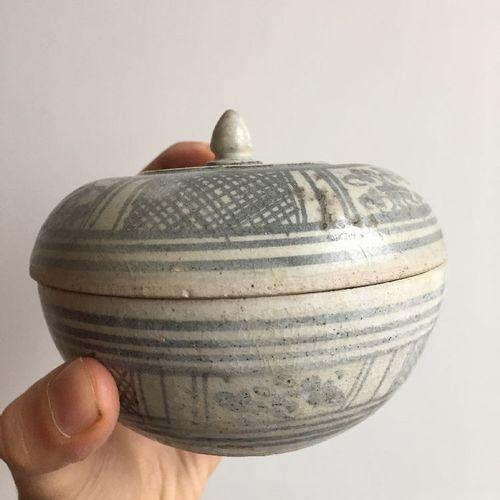 Six boîtes et couvercles à chaux en poterie thaïlandaise Sawankhalok, XVIe siècl…