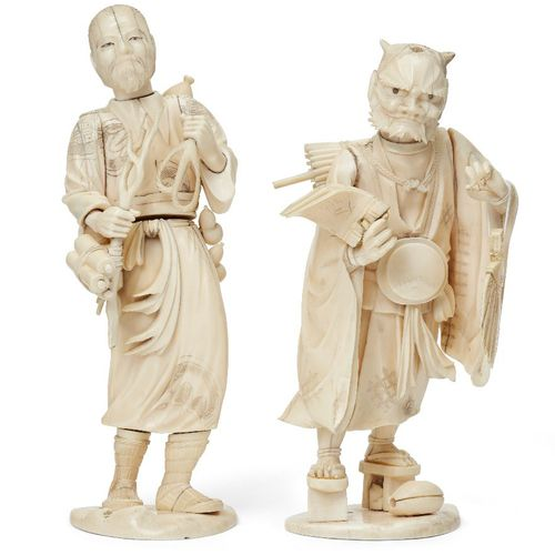 Deux okimono japonais en ivoire, période Meiji, l'un sculpté comme un homme avec…