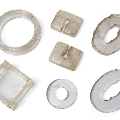 Sept pièces en cristal de roche, 19e 20e siècle, comprenant deux tsubas, 8,5 cm …