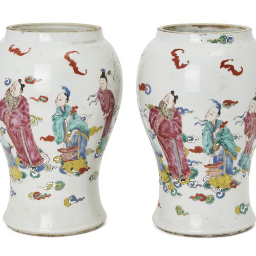 Paire de vases en porcelaine chinoise, période Yongzheng, peints en émaux de la …