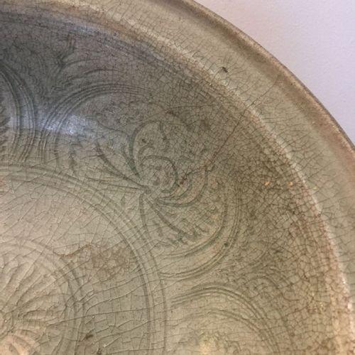 Deux bols en poterie céladon thaïlandaise Sawankhalok, XVe siècle, un bol décoré…