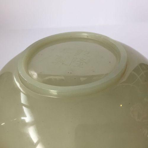 Une paire de bols en jade céladon pâle chinois, 19e siècle, chacun sculpté avec …
