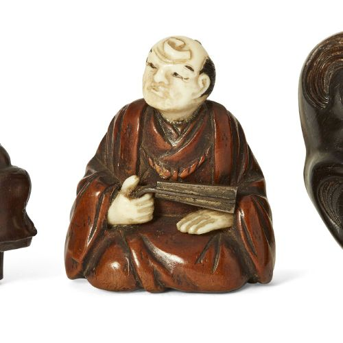 Trois netsuke japonais en bois, 19ème siècle, sculptés comme Hotei et Karako jou…