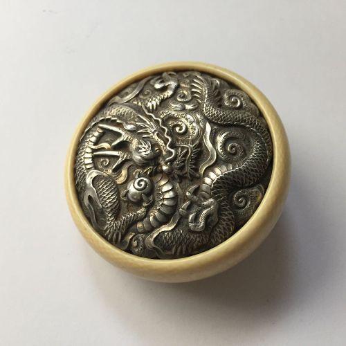 Propriété d'un Gentleman (lots 36 85)    Un netsuke japonais en ivoire Kagamibut…