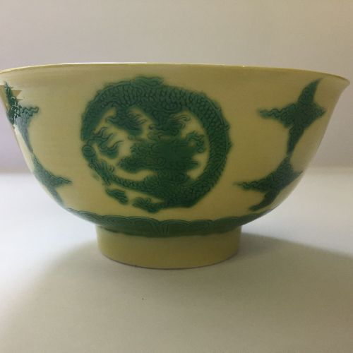 Bol à médaillon en forme de dragon en porcelaine chinoise à fond jaune et émaill…