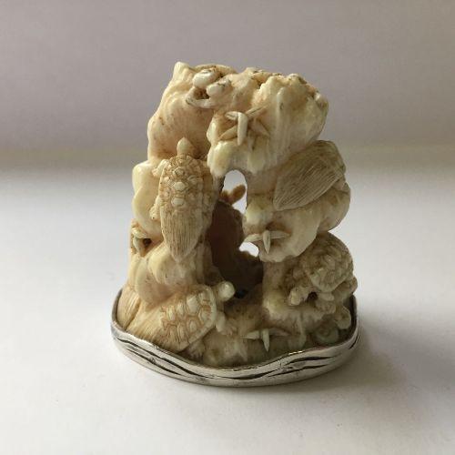 Propriété d'un Gentleman (lots 36 85)  Netsuke japonais en ivoire et argent par …