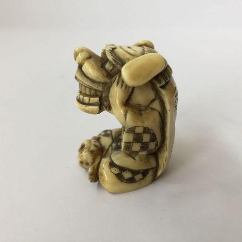 Un netsuke japonais en ivoire, 19ème siècle, sculpté comme un garçon chinois ave…