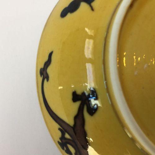 Petit plat soupière chinois en porcelaine à fond jaune, aubergine et vert, marqu…
