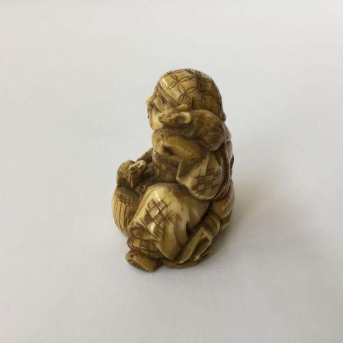 Trois netsuke japonais en ivoire, 19ème siècle, sculptés comme Hotei, 3.5cm ; Ki…