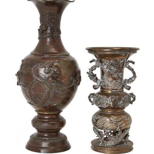 Deux vases japonais en bronze, période Meiji, l'un de forme balustre avec lèvre …