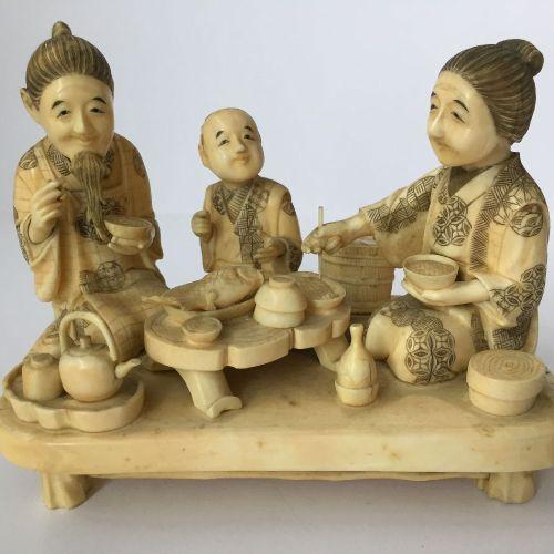 Trois okimono japonais figuratifs en ivoire, période Meiji vers 1900, une paire …