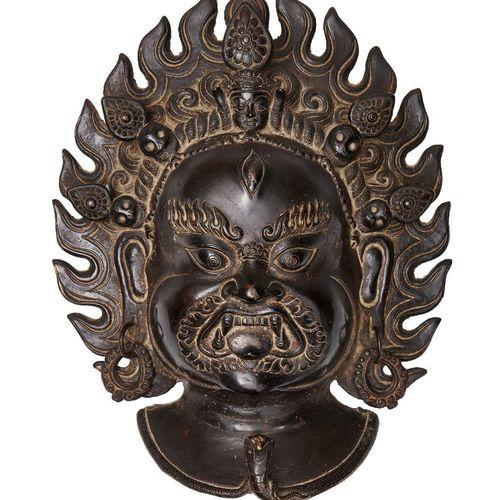 Une plaque tibétaine en bronze de Mahakala, 19ème siècle, coulée avec halo de fl…